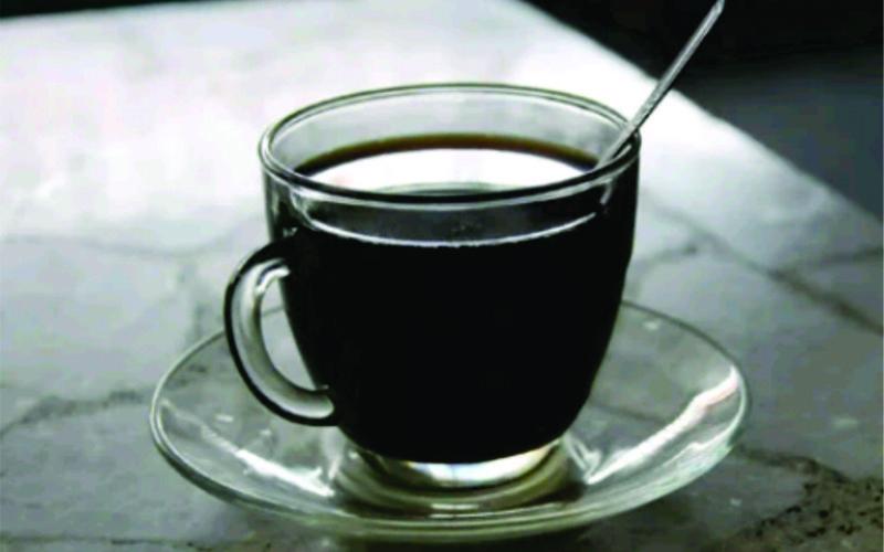 minum kopi hitam